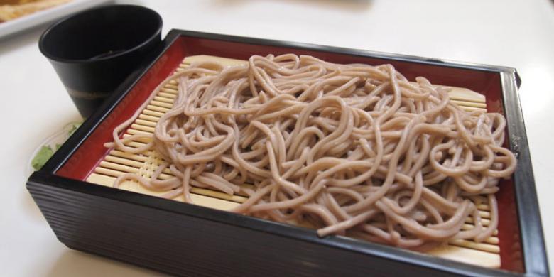 Soba merupakan masakan mi tradisional Jepang yang dibuat dengan bahan utama tepung gandum, yang terkenal seperti Tempura dan Sushi.