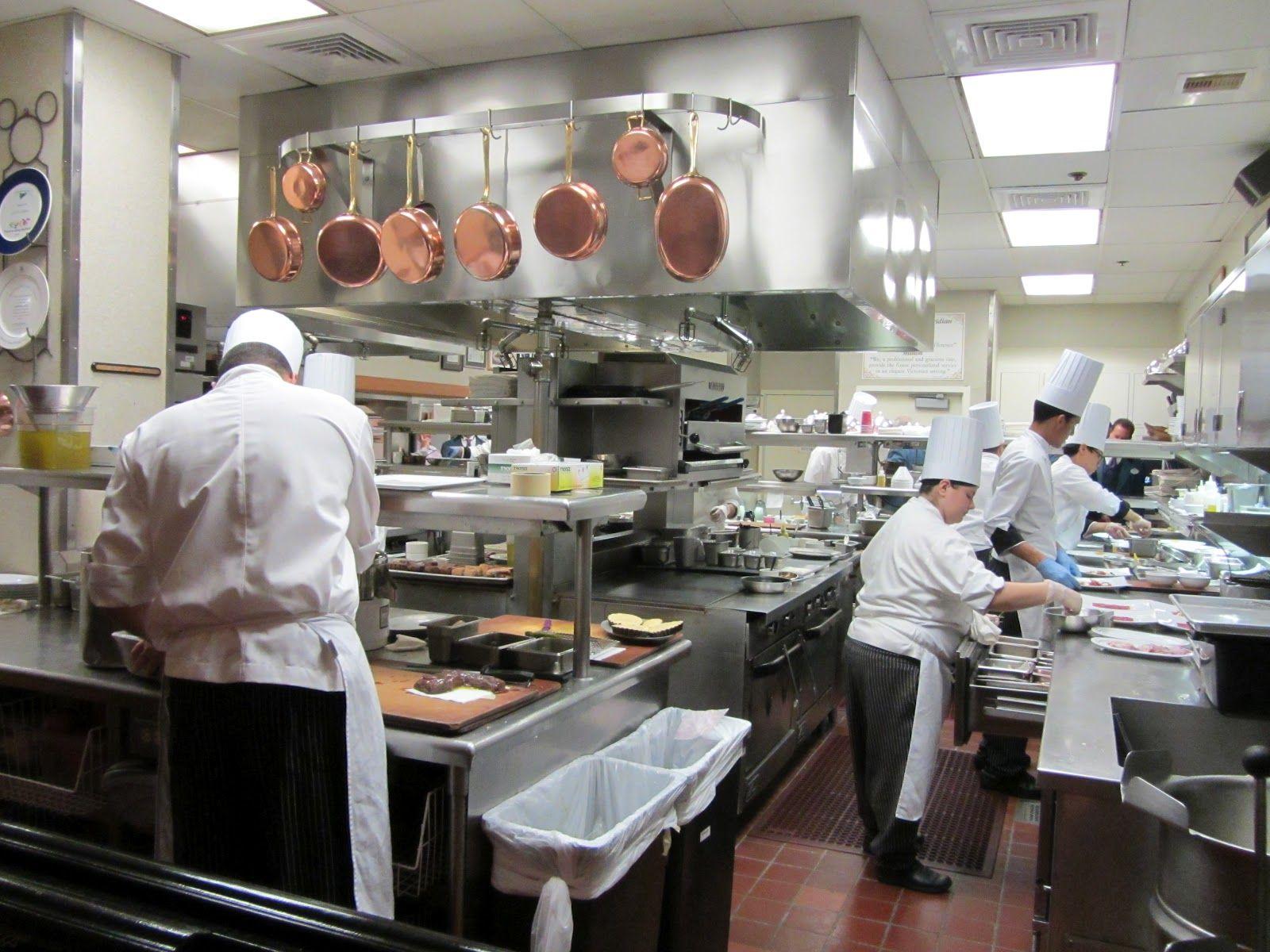 13 Petugas Dapur ini Kerja All Out demi Menyiapkan Hidangan Menu Spesial Kamu loh !