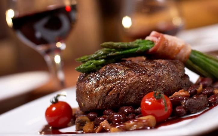 Jika Anda hobi makan di luar, sebaiknya pilihlah tempat makan atau restoran yang bersih dan higienis