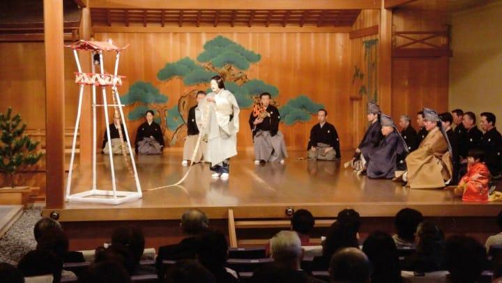 """Pertunjukan Noh """"Miidera"""" di atas panggung Teater Kitaryu Oshima (Foto: Teater Kitaryu Oshima)"""